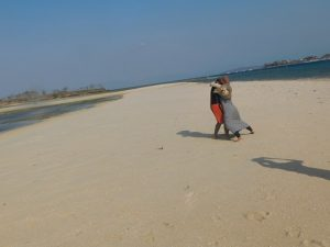 jalanan pasir yang membelah laut di Pulau Kambing