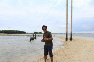 nampak tiang listrik PLN di jalanan pasir Pulau Kambing