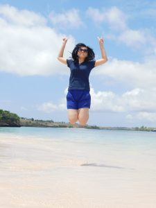 happy di Pantai Pink Lombok yang masih alami