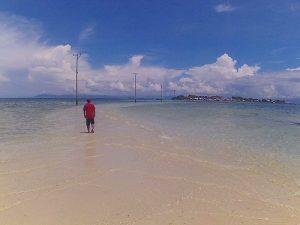 tiang listrik berdiri di tengah lautan